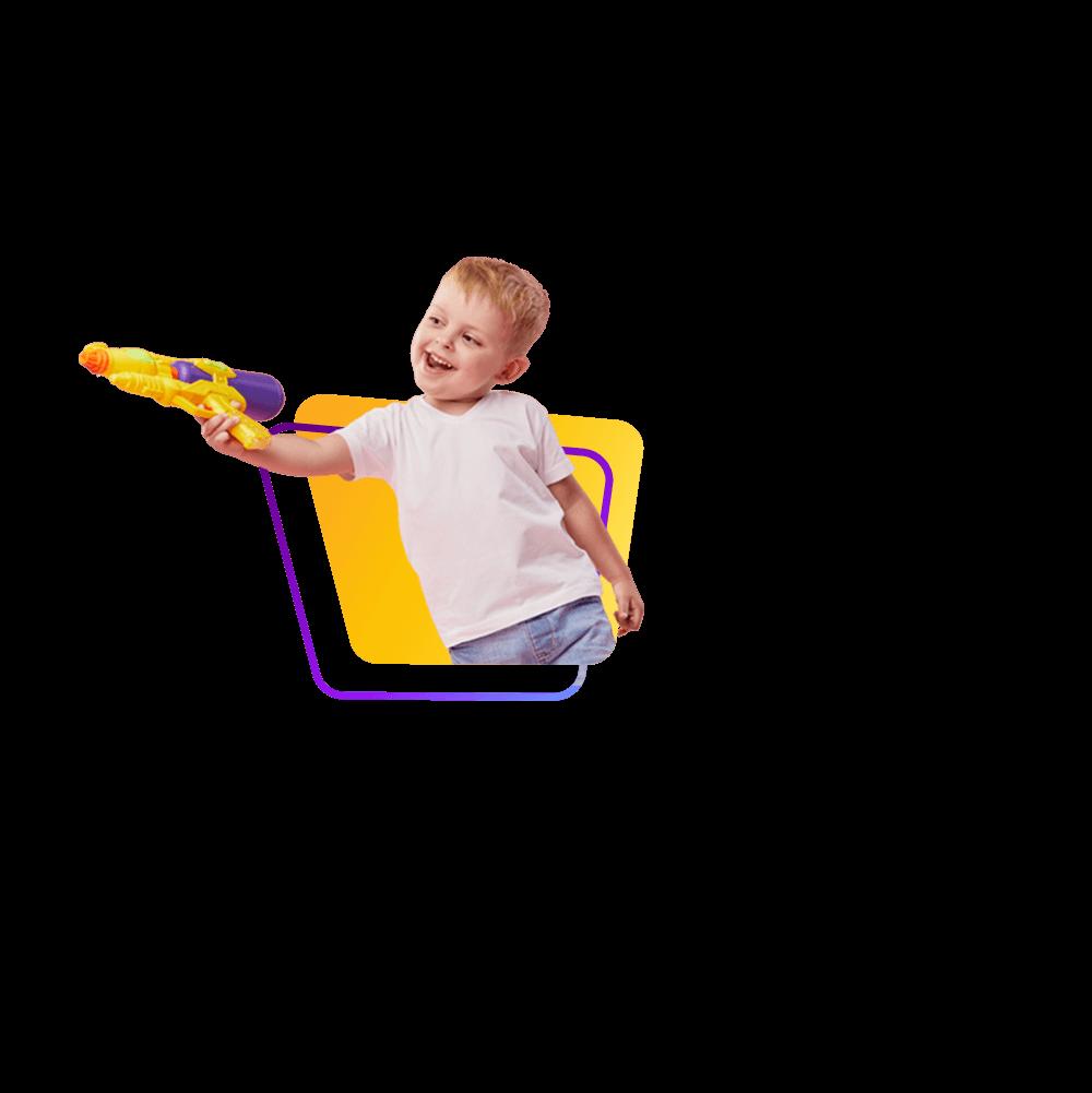 Zdjęcie chłopca strzelającego z pistoletu na wodę.