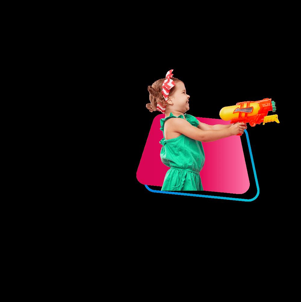 Zdjęcie dziewczynki strzelającej z pistoletu na wodę.